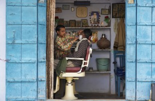 India, Rajasthan, Pushkar, barber shop copy